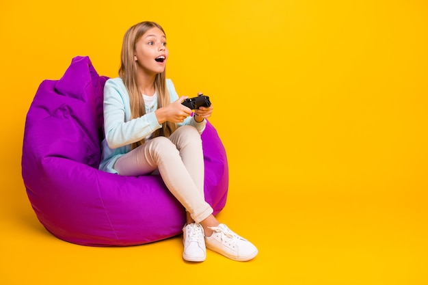 Perfil de corpo inteiro linda senhorita bom humor jogando videogame
