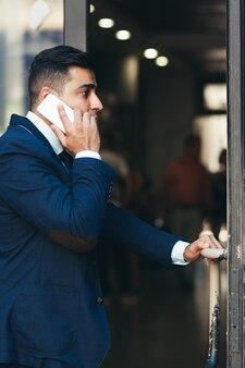 Perfil de funcionário público falando ao telefone.
