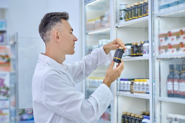 Perfil de homem de jaleco branco pensando em medicação