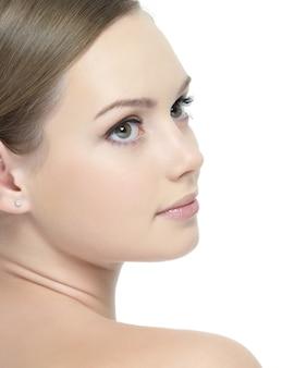 Perfil de jovem rosto bonito de mulher em branco
