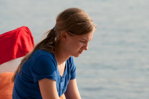 Perfil, de, menina adolescente, olhando baixo, em, lago, de, a, madeiras, ontário