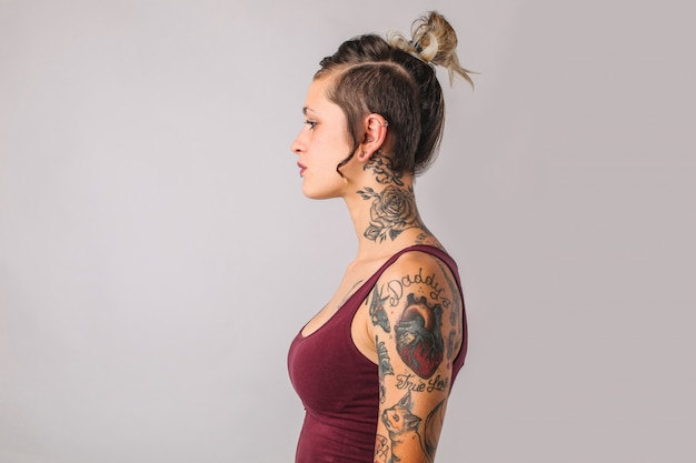 Perfil de menina tatuada