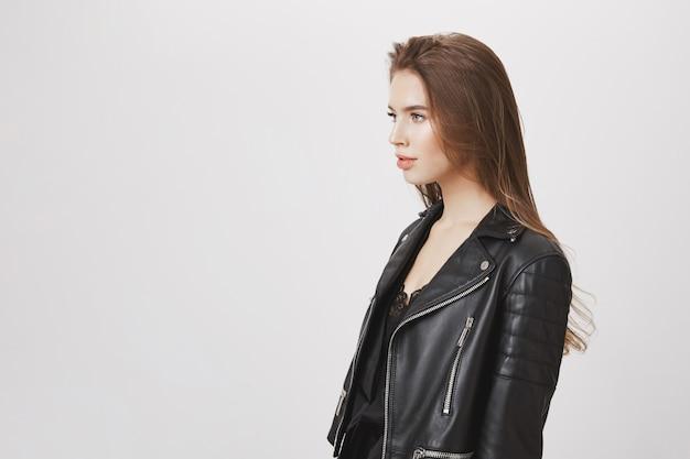 Perfil de mulher atraente elegante olhando para a esquerda, usar jaqueta de couro