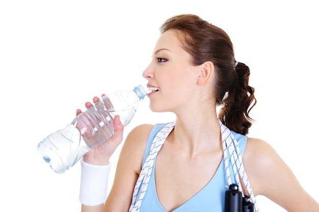 Perfil de mulher jovem bebendo água em branco