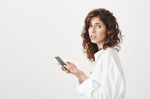 Perfil de mulher preocupada e preocupada usando telefone celular