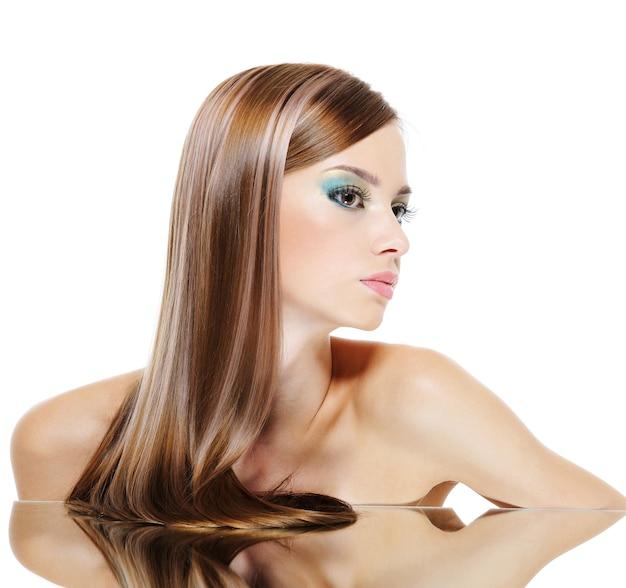 Perfil de rosto feminino caucasiano com cabelos castanhos saudáveis