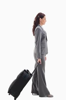 Perfil de uma empresária com mala