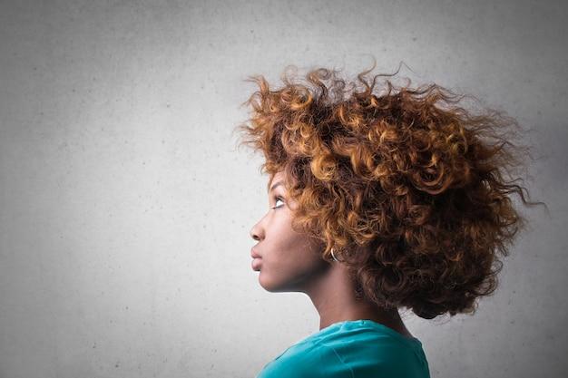 Perfil de uma garota afro