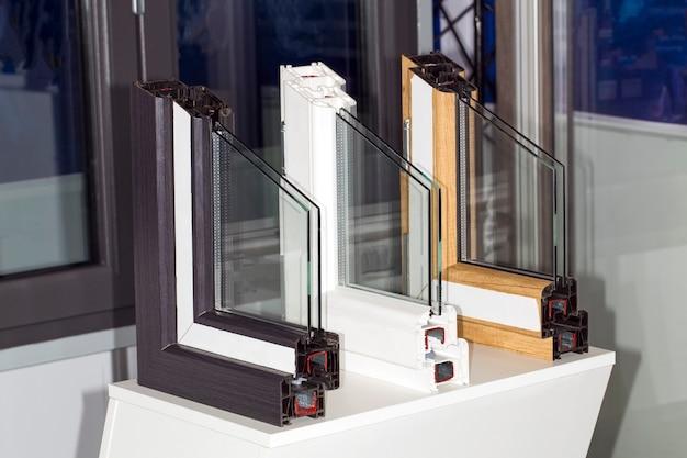 Perfil de uma janela de plástico, uma seção de close-up de uma janela de vidro duplo com vários compartimentos