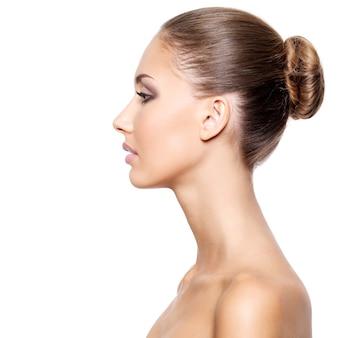 Perfil de uma jovem mulher bonita com pele limpa e fresca, isolado no branco