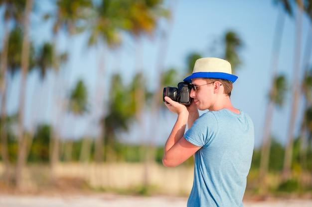 Homem Com Lente De Câmera Grande Em Branco Baixar Fotos