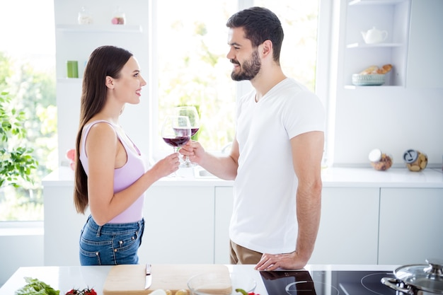 Perfil do lado do casal ficar em casa cozinha beber vinho