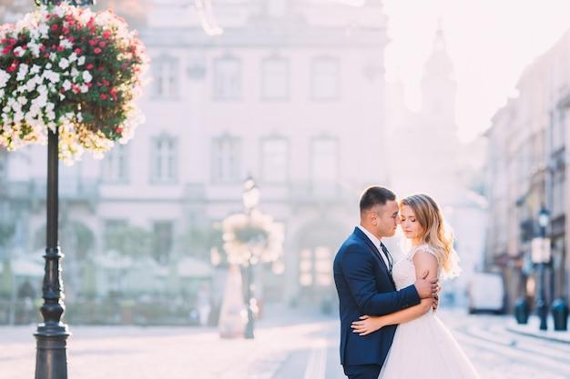 Perfil dos noivos. noiva e noivo fecharam os olhos um no outro