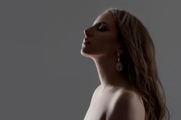 Perfil elegante de mulher bonita jovem, close-up retrato.