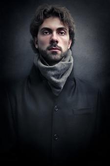 Perfil escuro de um homem no inverno