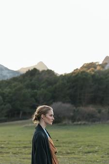 Perfil lateral da mulher com paisagem