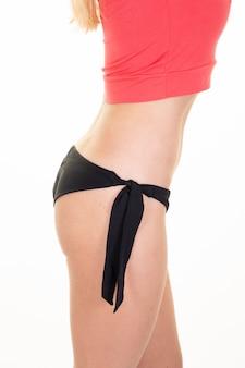 Perfil lateral do tronco magro atraente mulher sexy com biquíni de swimwear barriga lisa