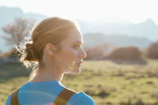 Perfil lateral, mulher jovem, em, luz solar