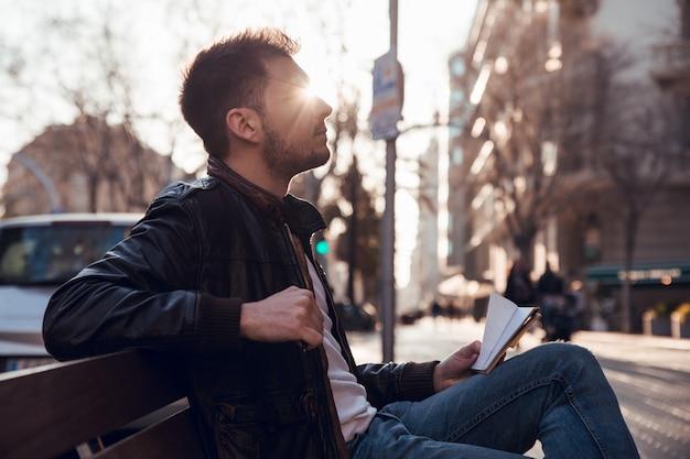 Perfil, retrato, de, homem, com, barba, em, pôr do sol, sentar-se banco
