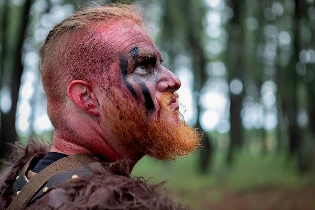 Perfil sangrento de um viking real olhando para cima
