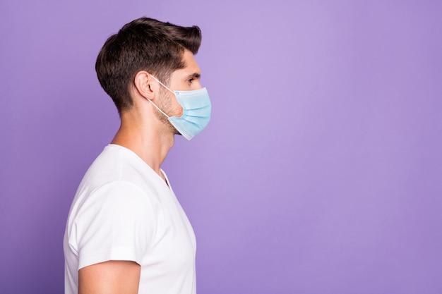 Perfil vista lateral retrato de seu ele bom atraente saudável cara freelancer moderno corte de cabelo cópia espaço usando máscara de segurança isolada brilhante vívido brilho vibrante lilás violeta violeta cor de fundo