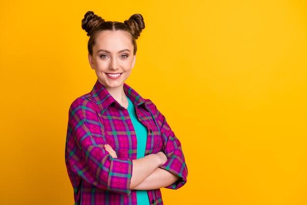 Perfil vista lateral retrato dela ela agradável atraente adorável alegre alegre conteúdo menina camisa xadrez braços dobrados cópia espaço isolado brilhante vívido brilho vibrante cor amarela fundo