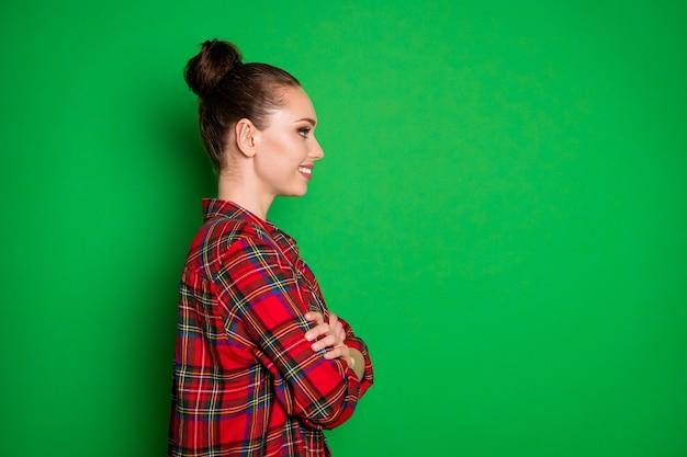 Perfil vista lateral retrato dela ela agradável atraente bonita adorável alegre alegre menina em camisa xadrez braços cruzados início de carreira isolado em brilhante brilho vívido fundo de cor verde vibrante