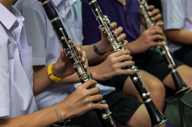 Performance clarinetista que faz parte da banda de música clássica no ensaio