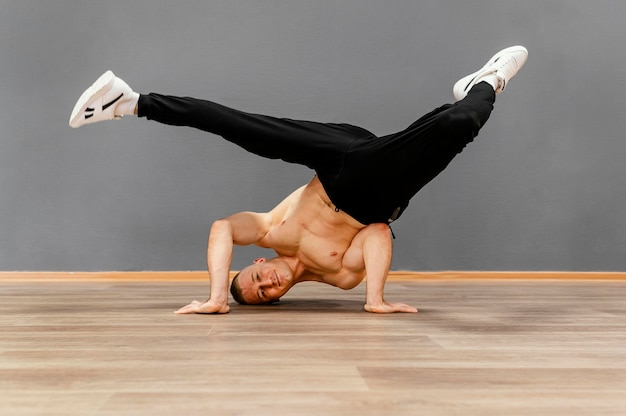 Performance de breakdance masculino