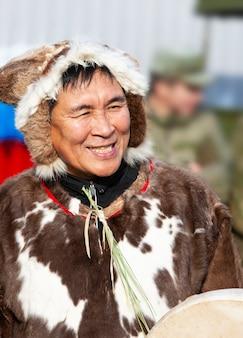 Performance de conjunto folclórico em trajes de indígenas de kamchatka