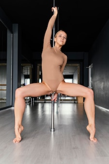 Performance de mulher na pole dance