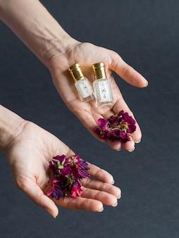 Perfume concentrado em uma mini garrafa no fundo preto.