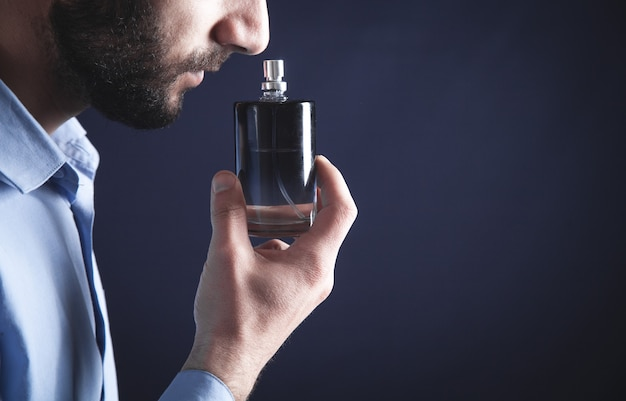 Perfume de cheiro de jovem caucasiano.