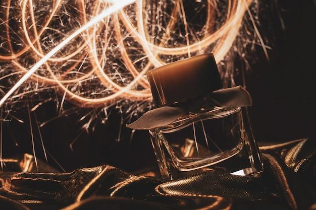 Perfume de luxo em tecido dourado