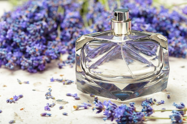 Perfume de mulher em belas garrafas e flores de lavanda