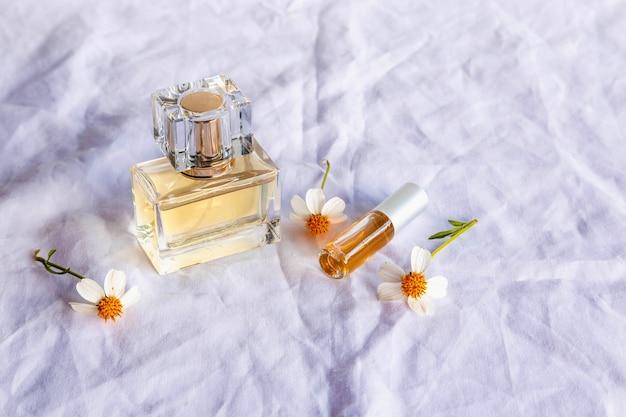 Perfume dourado e frascos de perfume em branco