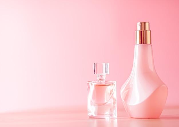 Perfume e maquiagem para cuidados com a pele em fundo rosa produtos de beleza e cosméticos de luxo