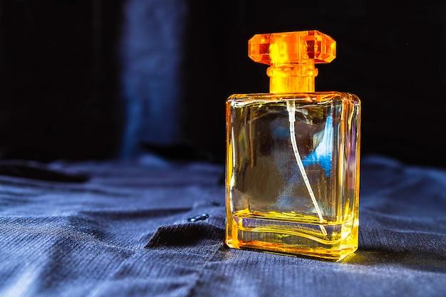 Perfume em uma linda garrafa dourada