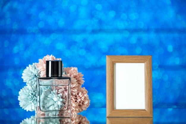 Perfume feminino de frente e porta-retrato marrom claro com fundo azul claro