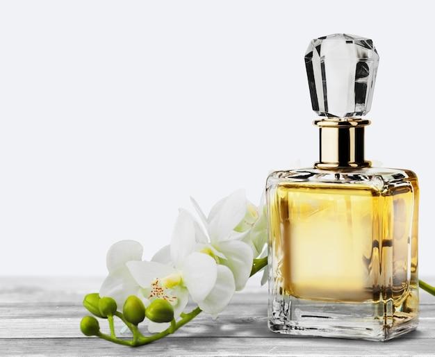 Perfume feminino em lindo frasco e flor de orquídea
