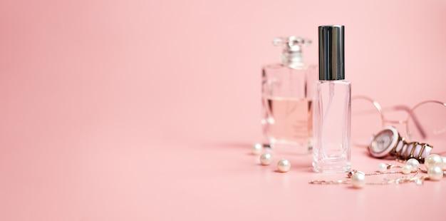 Perfume feminino em tubo de vidro, em fundo rosa, espaço de cópia, banner. foto de alta qualidade