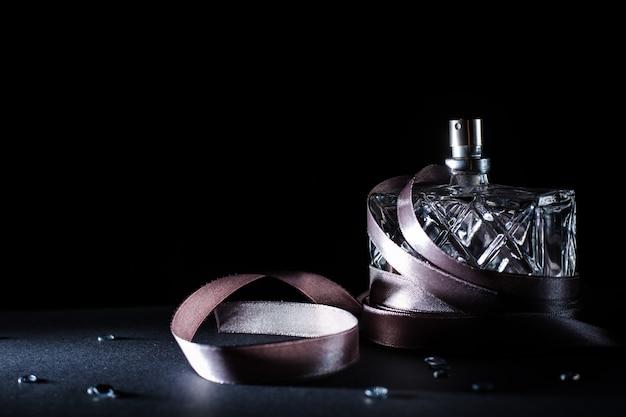 Perfume feminino sobre fundo escuro