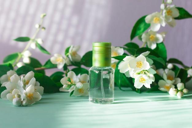 Perfume floral com aroma de flor de jasmim, frasco com fragrância