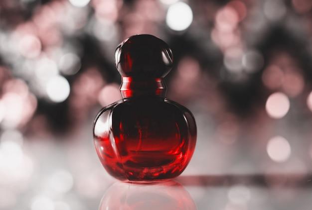 Perfume vermelho com fundo desfocado