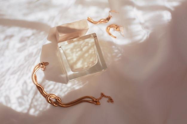 Perfumes e jóias para mulher