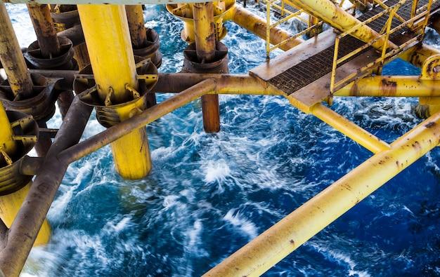 Perfuração offshore amarela e mar de ondas do oleoduto de petróleo de produção de gás.