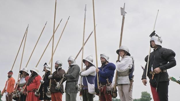 Perfure a construção de cavaleiros. os cavaleiros do sistema militar estão com lanças e capacetes nas cabeças
