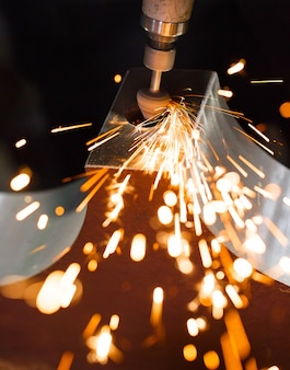 Perfure com peças de metal de polimento com ponta de diamante. faíscas.