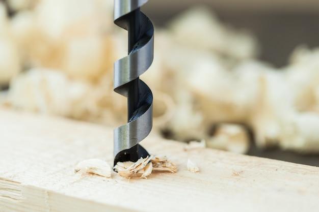 Perfure uma prancha de madeira, close-up