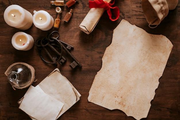 Pergaminho antigo e chaves perto de velas